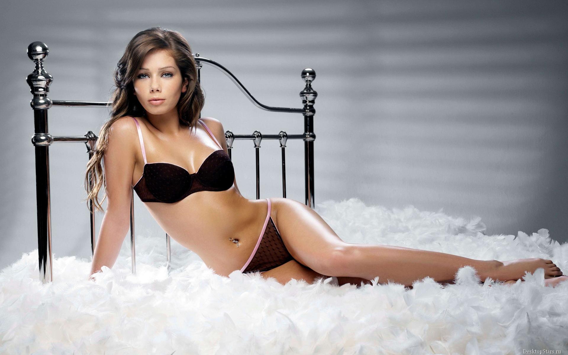 Шаблон psd женский - Кровать из перьев Красивая девушка в постели из